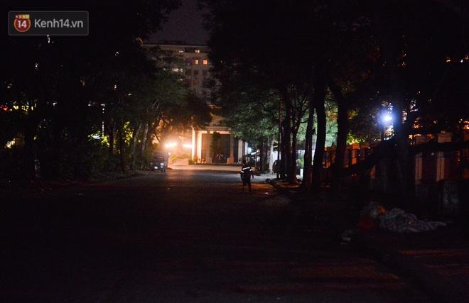 Công nhân thu gom rác bị nợ lương ở Hà Nội nghẹn ngào khi được nhiều mạnh thường quân ủng hộ: Tôi vui lắm... có hôm thức cả đêm ở lều vì sợ mất tiền - Ảnh 7.