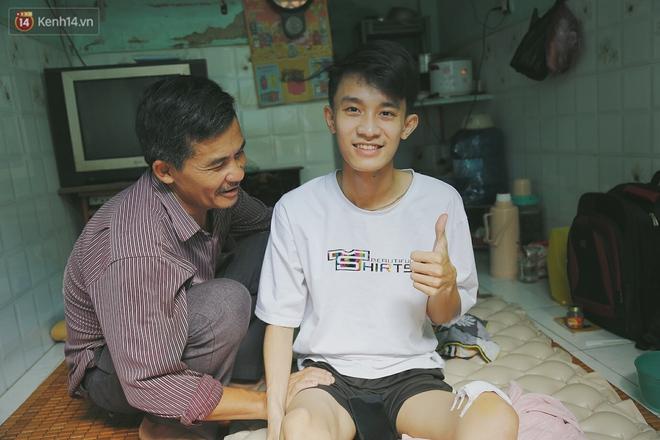 Cậu học sinh trường chuyên bị ung thư khi sắp tốt nghiệp lớp 12, cha nén nước mắt đưa con vào Sài Gòn tìm cơ hội chữa trị - Ảnh 11.