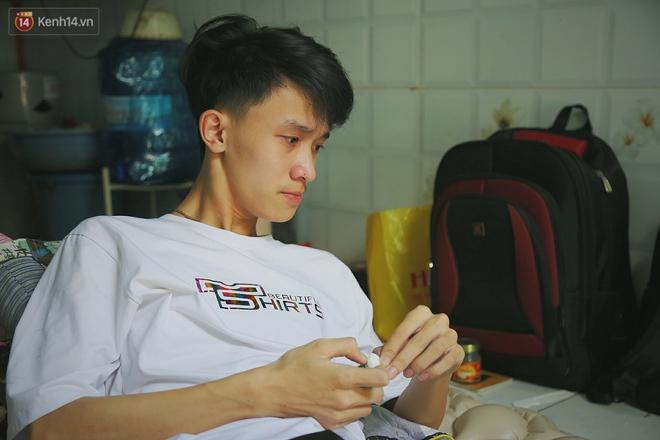 Cậu học sinh trường chuyên bị ung thư khi sắp tốt nghiệp lớp 12, cha nén nước mắt đưa con vào Sài Gòn tìm cơ hội chữa trị - Ảnh 3.