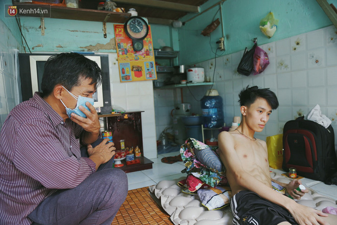 Cậu học sinh trường chuyên bị ung thư khi sắp tốt nghiệp lớp 12, cha nén nước mắt đưa con vào Sài Gòn tìm cơ hội chữa trị - Ảnh 5.