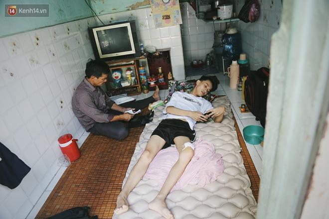 Cậu học sinh trường chuyên bị ung thư khi sắp tốt nghiệp lớp 12, cha nén nước mắt đưa con vào Sài Gòn tìm cơ hội chữa trị - Ảnh 1.