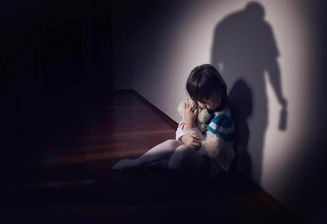 Con trai riêng của chồng nhiều lần xâm hại con gái chung sau khi xem phim người lớn: Câu chuyện khiến nhiều người bàng hoàng, phẫn nộ - Ảnh 1.