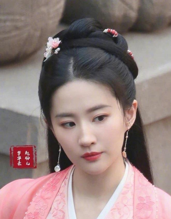 """Lưu Diệc Phi trẻ đẹp y như Tiểu Long Nữ 15 năm trước ở phim mới, ngó qua góc nghiêng của Trần Hiểu còn """"hú hồn"""" hơn - Ảnh 5."""