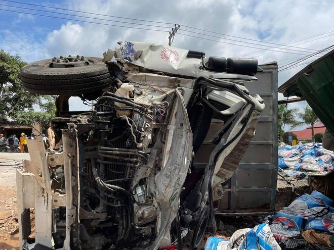 Clip: Tai nạn liên hoàn khiến ít nhất 2 người chết, nhiều người nguy kịch - Ảnh 2.