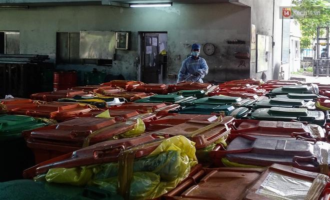 Theo chân những chiến binh thầm lặng thu gom rác từ khu cách ly, bệnh viện dã chiến ở Sài Gòn - Ảnh 9.