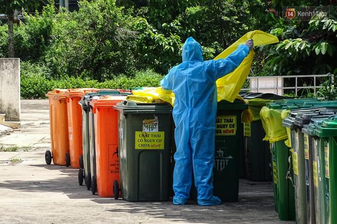 Theo chân những chiến binh thầm lặng thu gom rác từ khu cách ly, bệnh viện dã chiến ở Sài Gòn - Ảnh 5.