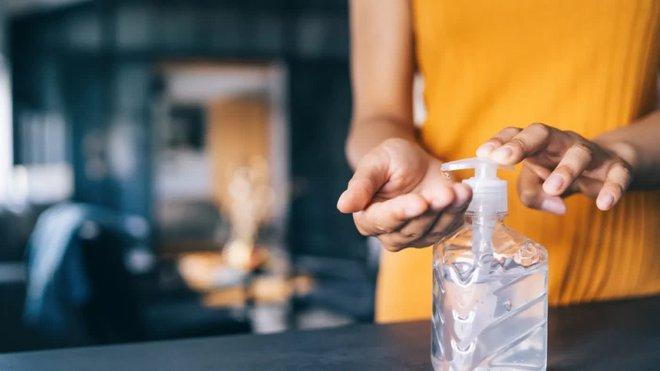Dùng dung dịch sát khuẩn tay giúp ngăn ngừa nguy cơ nhiễm bệnh nhưng  nó cũng có tác dụng phụ cho sức khỏe - ảnh 1