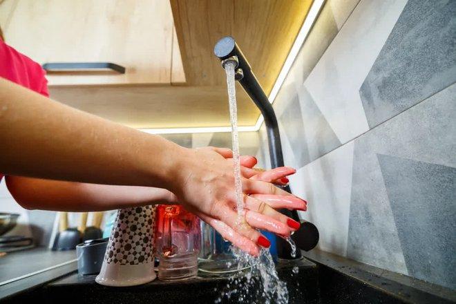 Dùng dung dịch sát khuẩn tay giúp ngăn ngừa nguy cơ nhiễm bệnh nhưng  nó cũng có tác dụng phụ cho sức khỏe - ảnh 3