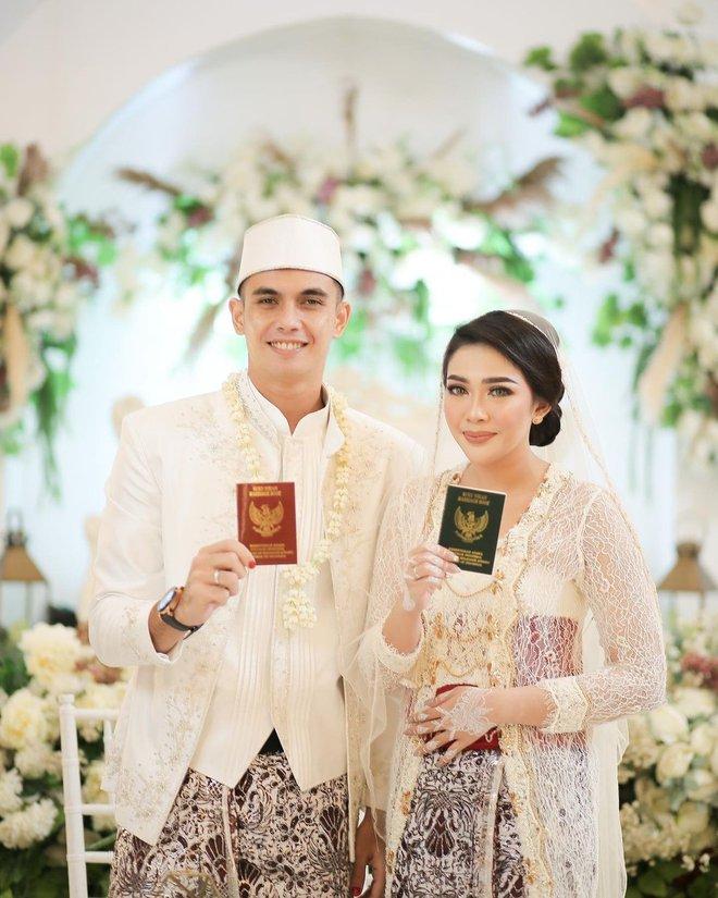 Thủ môn Indonesia có biểu cảm viral khắp cõi mạng: Ảnh đời thường cool cực, múi bụng như múi sầu riêng - Ảnh 4.