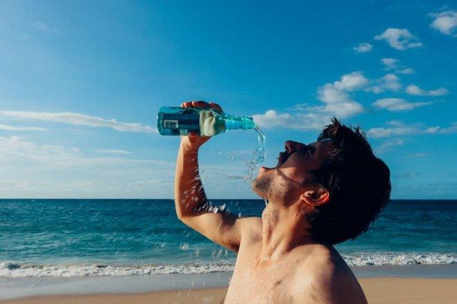 Nam giới sống lâu thường có 4 đặc điểm chung khi uống nước, nếu thực hiện đầy đủ thì sức khỏe có thể yên tâm - ảnh 3