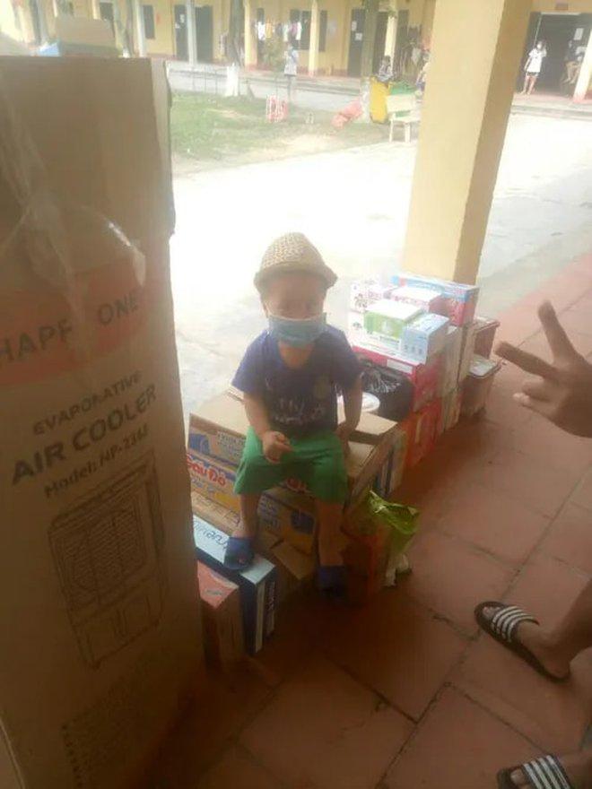 Em bé 3 tuổi ở Bắc Giang được rời khu cách ly tập trung về nhà - Ảnh 1.