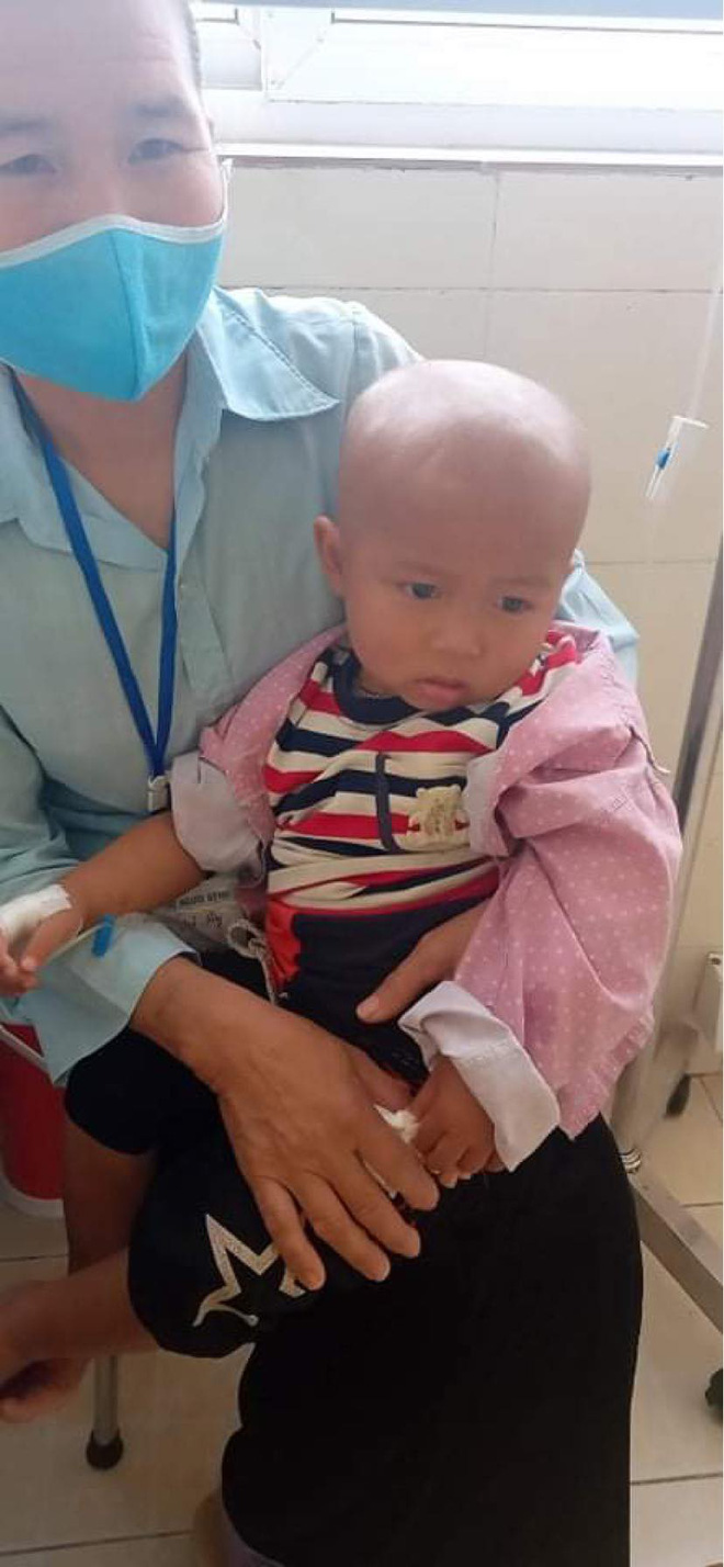 Hoàn cảnh đáng thương của cậu bé 3 tuổi lon ton trở về nhà sau 28 ngày cách ly tại Bệnh viện K - Ảnh 2.
