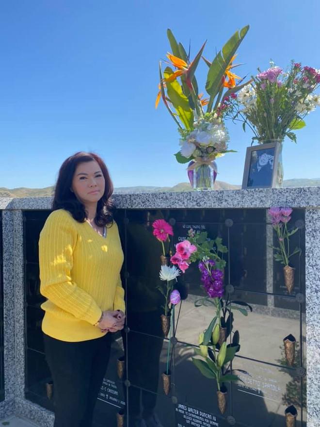 6 tháng sau cố NS Chí Tài qua đời, ca sĩ Phương Loan đến thăm mộ chồng và tâm sự 1 điều khiến ai cũng xót xa - Ảnh 6.