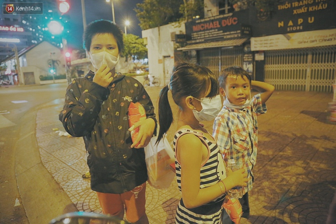 """Người vô gia cư lay lắt trong đêm đầu Sài Gòn giãn cách: """"Con không có nhà, tối con ra Cầu Mống mà ngủ"""" - Ảnh 4."""
