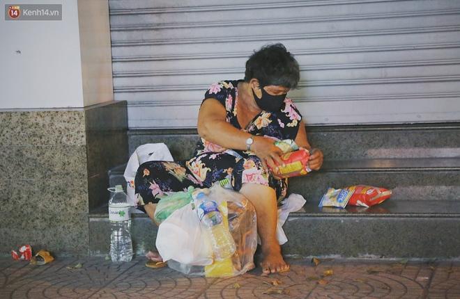 """Người vô gia cư lay lắt trong đêm đầu Sài Gòn giãn cách: """"Con không có nhà, tối con ra Cầu Mống mà ngủ"""" - Ảnh 2."""