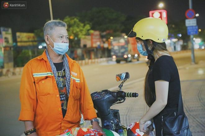 """Người vô gia cư lay lắt trong đêm đầu Sài Gòn giãn cách: """"Con không có nhà, tối con ra Cầu Mống mà ngủ"""" - Ảnh 6."""