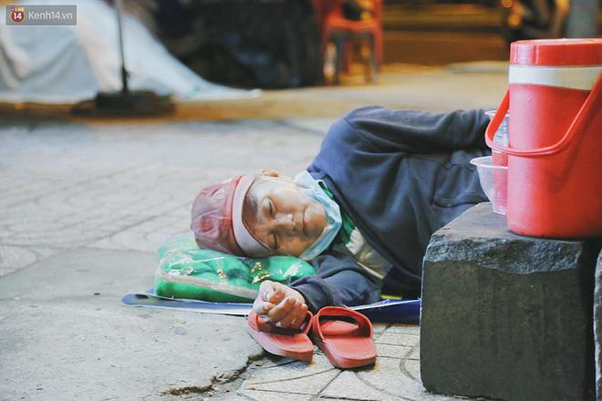 """Người vô gia cư lay lắt trong đêm đầu Sài Gòn giãn cách: """"Con không có nhà, tối con ra Cầu Mống mà ngủ"""" - Ảnh 8."""
