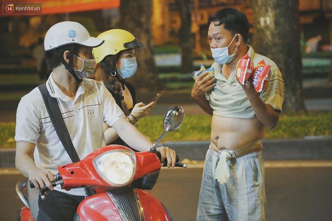 """Người vô gia cư lay lắt trong đêm đầu Sài Gòn giãn cách: """"Con không có nhà, tối con ra Cầu Mống mà ngủ"""" - Ảnh 11."""