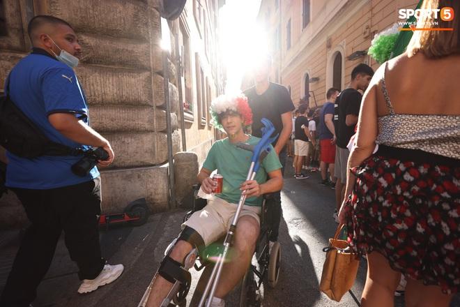 Fan hâm mộ quẩy banh nóc trước thềm trận chung kết Euro, không khí lễ hội tràn ngập trên khắp các con phố - Ảnh 13.