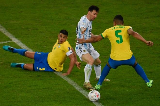 Dẫn dắt Argentina vô địch Nam Mỹ, giờ thì Messi không còn phải cúi đầu hổ thẹn trước Ronaldo về danh hiệu với đội tuyển - Ảnh 5.
