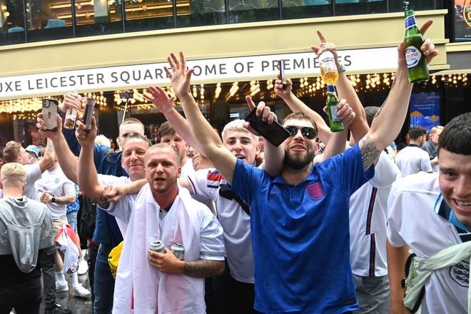 Fan hâm mộ quẩy banh nóc trước thềm trận chung kết Euro, không khí lễ hội tràn ngập trên khắp các con phố - Ảnh 29.