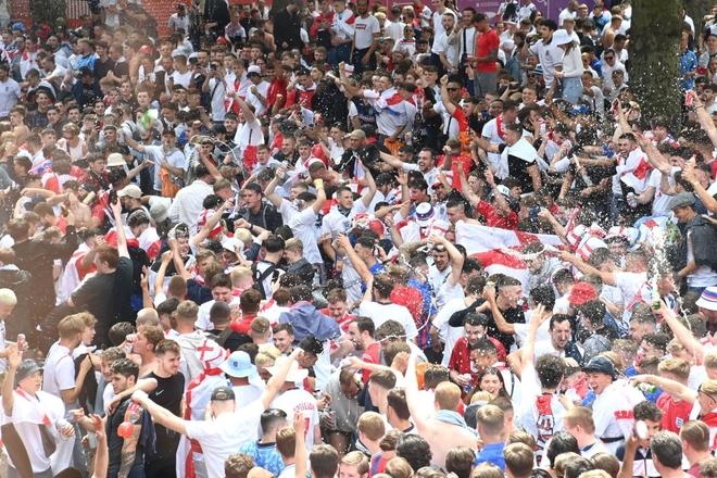 Fan hâm mộ quẩy banh nóc trước thềm trận chung kết Euro, không khí lễ hội tràn ngập trên khắp các con phố - Ảnh 28.