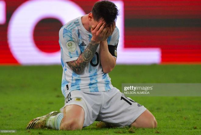 Dẫn dắt Argentina vô địch Nam Mỹ, giờ thì Messi không còn phải cúi đầu hổ thẹn trước Ronaldo về danh hiệu với đội tuyển - Ảnh 2.