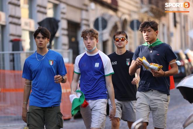 Fan hâm mộ quẩy banh nóc trước thềm trận chung kết Euro, không khí lễ hội tràn ngập trên khắp các con phố - Ảnh 17.