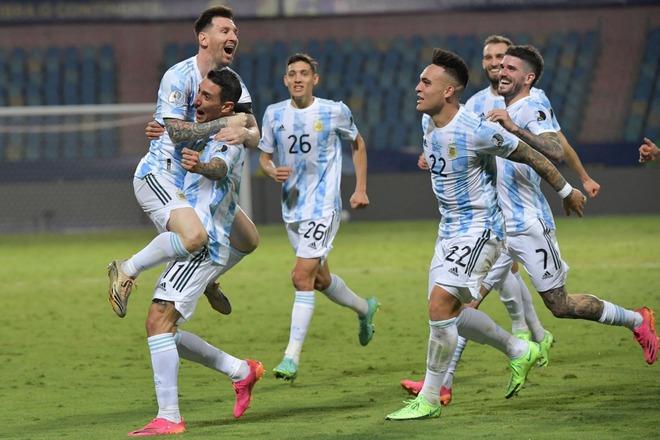 Dẫn dắt Argentina vô địch Nam Mỹ, giờ thì Messi không còn phải cúi đầu hổ thẹn trước Ronaldo về danh hiệu với đội tuyển - Ảnh 9.