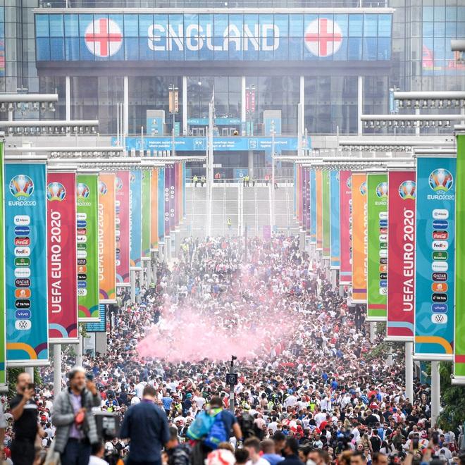 Fan hâm mộ quẩy banh nóc trước thềm trận chung kết Euro, không khí lễ hội tràn ngập trên khắp các con phố - Ảnh 26.