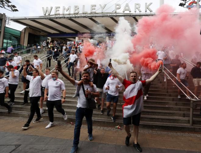 Fan hâm mộ quẩy banh nóc trước thềm trận chung kết Euro, không khí lễ hội tràn ngập trên khắp các con phố - Ảnh 16.