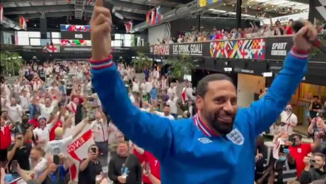 Fan hâm mộ quẩy banh nóc trước thềm trận chung kết Euro, không khí lễ hội tràn ngập trên khắp các con phố - Ảnh 22.