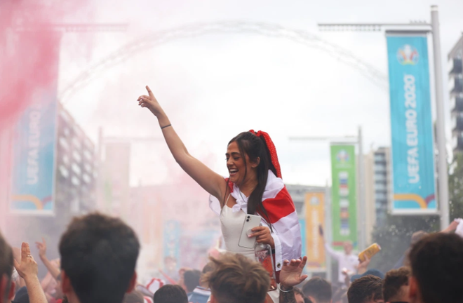 Fan hâm mộ quẩy banh nóc trước thềm trận chung kết Euro, không khí lễ hội tràn ngập trên khắp các con phố - Ảnh 27.