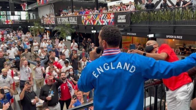 Fan hâm mộ quẩy banh nóc trước thềm trận chung kết Euro, không khí lễ hội tràn ngập trên khắp các con phố - Ảnh 21.