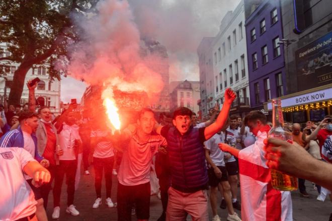 Fan hâm mộ quẩy banh nóc trước thềm trận chung kết Euro, không khí lễ hội tràn ngập trên khắp các con phố - Ảnh 15.