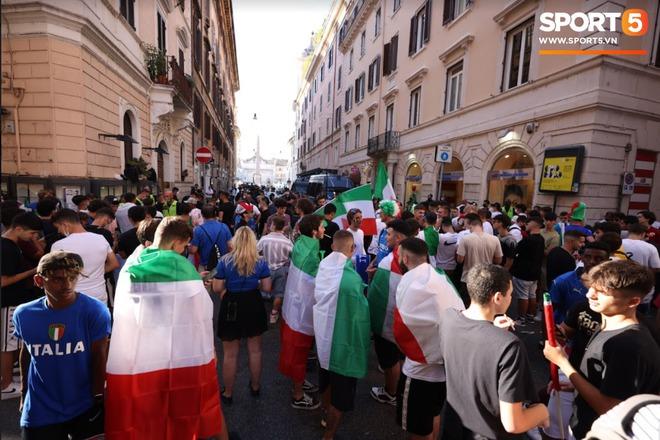 Fan hâm mộ quẩy banh nóc trước thềm trận chung kết Euro, không khí lễ hội tràn ngập trên khắp các con phố - Ảnh 12.