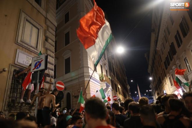 Trực tiếp từ Ý không khí ăn mừng sau khi đội nhà vô địch Euro 2020: Fan thức xuyên đêm, trời đỏ rực pháo sáng - Ảnh 6.