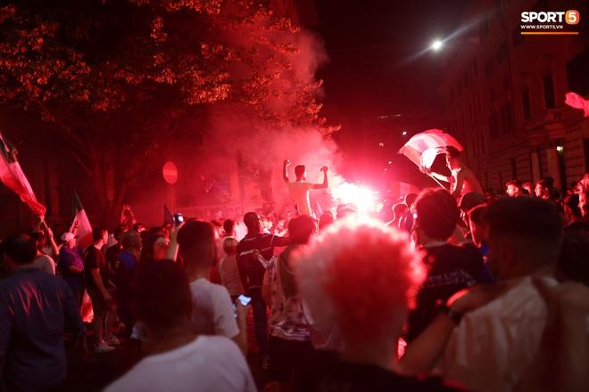 Trực tiếp từ Ý không khí ăn mừng sau khi đội nhà vô địch Euro 2020: Fan thức xuyên đêm, trời đỏ rực pháo sáng - Ảnh 7.