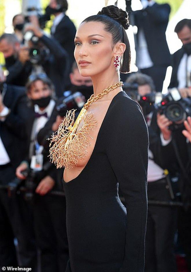 Thảm đỏ LHP Cannes: Bella Hadid khoét ngực loã lồ, che bằng mỗi cành cây vàng, thiên thần Victoria\'s Secret lên đồ diêm dúa khó hiểu - Ảnh 3.