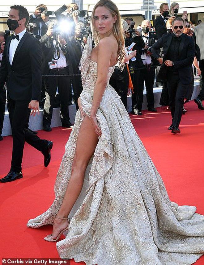 Thảm đỏ LHP Cannes: Bella Hadid khoét ngực loã lồ, che bằng mỗi cành cây vàng, thiên thần Victoria\'s Secret lên đồ diêm dúa khó hiểu - Ảnh 11.