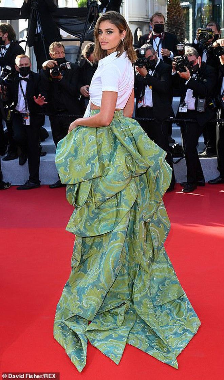 Thảm đỏ LHP Cannes: Bella Hadid khoét ngực loã lồ, che bằng mỗi cành cây vàng, thiên thần Victoria\'s Secret lên đồ diêm dúa khó hiểu - Ảnh 8.