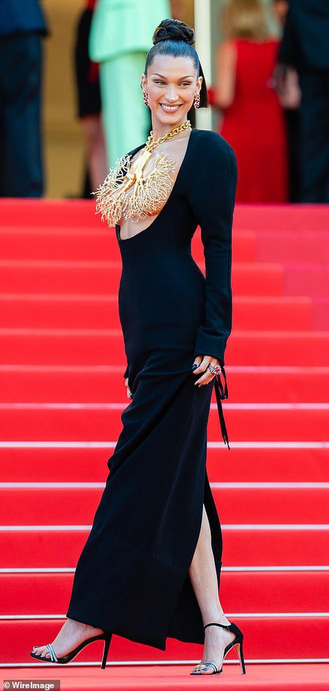 Thảm đỏ LHP Cannes: Bella Hadid khoét ngực loã lồ, che bằng mỗi cành cây vàng, thiên thần Victoria\'s Secret lên đồ diêm dúa khó hiểu - Ảnh 2.