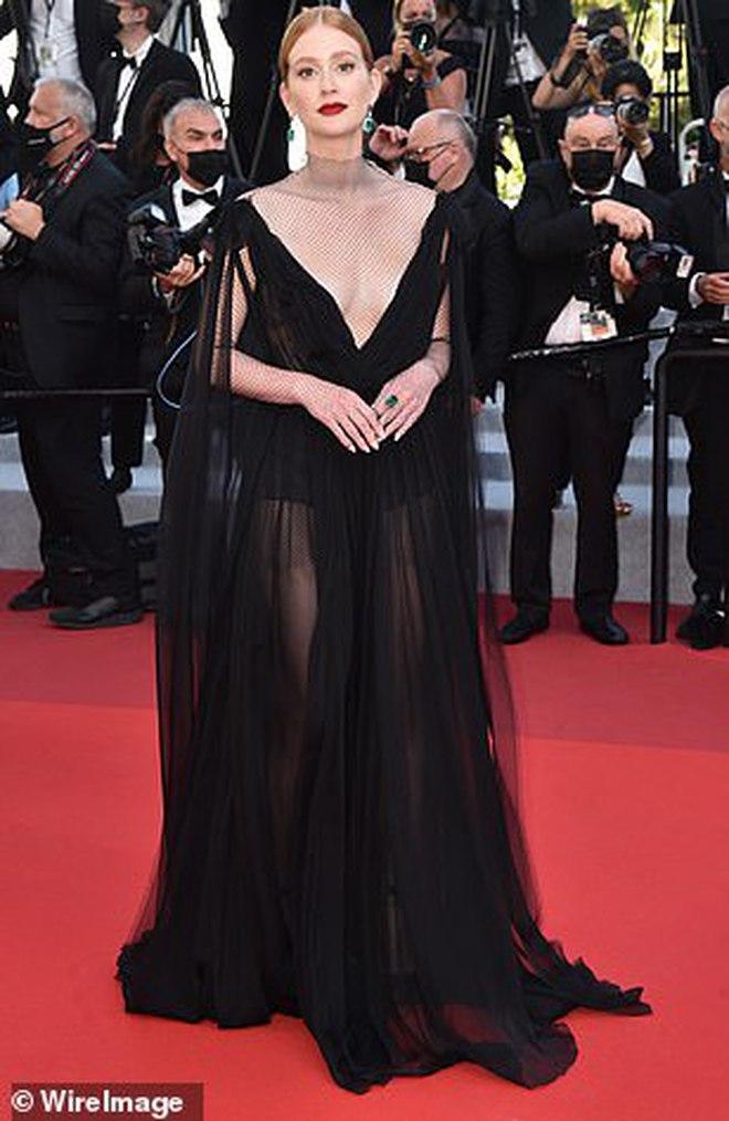 Thảm đỏ LHP Cannes: Bella Hadid khoét ngực loã lồ, che bằng mỗi cành cây vàng, thiên thần Victoria\'s Secret lên đồ diêm dúa khó hiểu - Ảnh 17.