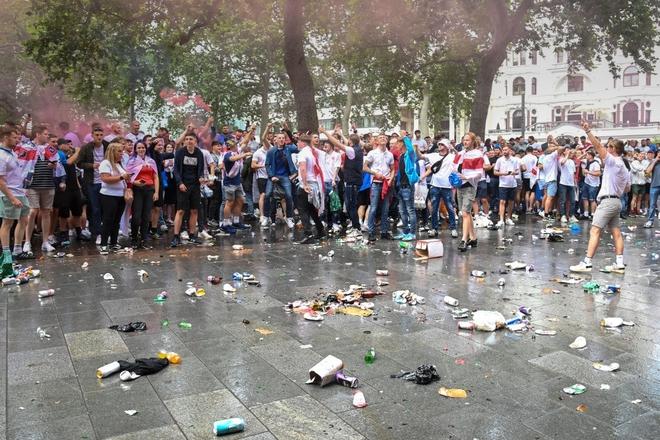 Fan hâm mộ quẩy banh nóc trước thềm trận chung kết Euro, không khí lễ hội tràn ngập trên khắp các con phố - Ảnh 11.