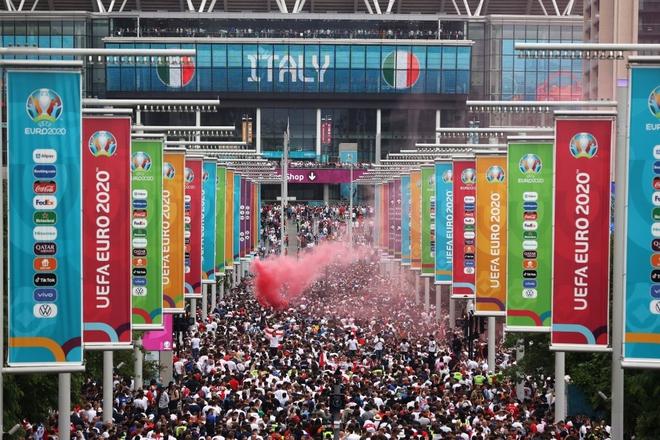 Fan hâm mộ quẩy banh nóc trước thềm trận chung kết Euro, không khí lễ hội tràn ngập trên khắp các con phố - Ảnh 9.