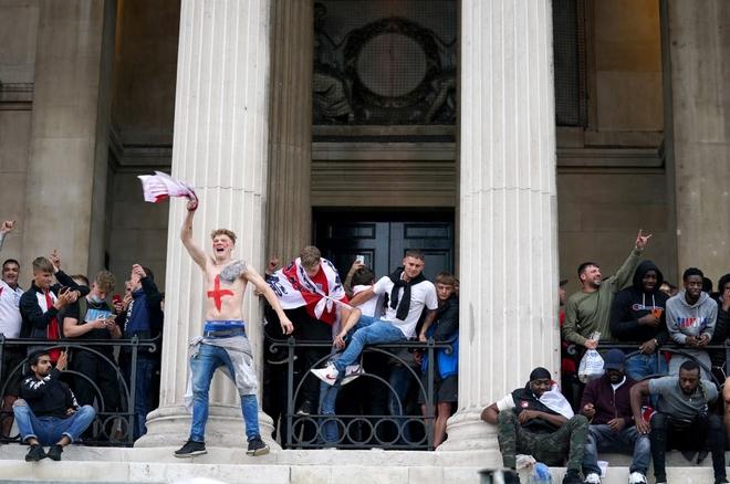 Fan hâm mộ quẩy banh nóc trước thềm trận chung kết Euro, không khí lễ hội tràn ngập trên khắp các con phố - Ảnh 7.