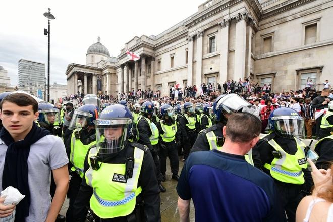 Fan hâm mộ quẩy banh nóc trước thềm trận chung kết Euro, không khí lễ hội tràn ngập trên khắp các con phố - Ảnh 3.
