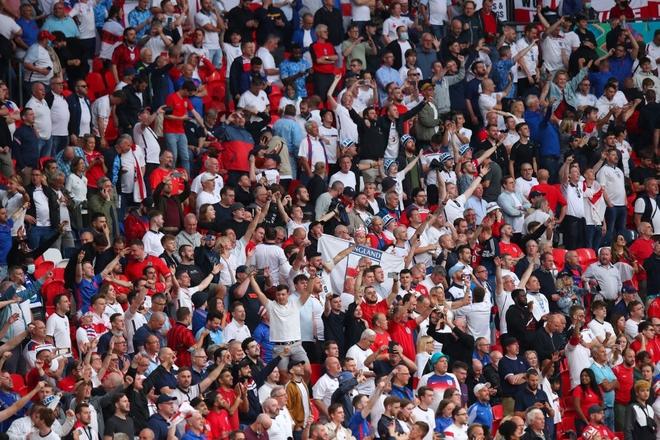 Fan hâm mộ quẩy banh nóc trước thềm trận chung kết Euro, không khí lễ hội tràn ngập trên khắp các con phố - Ảnh 2.