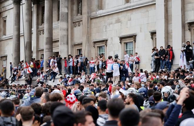 Fan hâm mộ quẩy banh nóc trước thềm trận chung kết Euro, không khí lễ hội tràn ngập trên khắp các con phố - Ảnh 4.