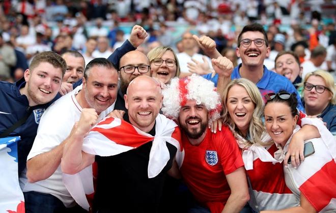 Fan hâm mộ quẩy banh nóc trước thềm trận chung kết Euro, không khí lễ hội tràn ngập trên khắp các con phố - Ảnh 1.